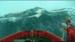 Massive wave hits ship